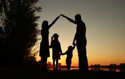 Siluetta di una famiglia felice con i bambini Fotografia Stock