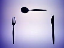 Siluetta di una forchetta, di una lama e di un cucchiaio fotografie stock libere da diritti