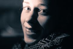 Siluetta di una giovane donna alla notte Immagini Stock Libere da Diritti