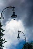 Siluetta di una lampada di via sui precedenti di bella s Fotografia Stock Libera da Diritti
