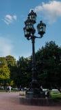 Siluetta di una lampada di via sui precedenti di bella s immagini stock libere da diritti