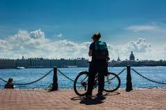 Siluetta di una ragazza con una bicicletta fotografia stock libera da diritti