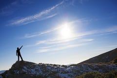 Siluetta di una ragazza sopra una montagna Fotografia Stock Libera da Diritti