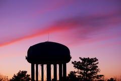 Siluetta di una torre di acqua Fotografie Stock Libere da Diritti