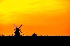 Siluetta di vecchio mulino a vento storico al tramonto Immagini Stock Libere da Diritti