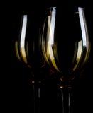 Siluetta di vetro di vino su fondo nero. Immagine Stock