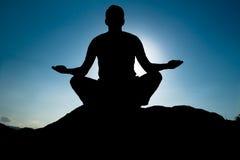 Siluetta di yoga alla sommità Fotografia Stock