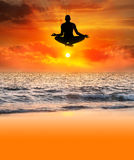 Siluetta di yoga di volo Immagini Stock