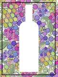 Siluetta dipinta a mano artistica della bottiglia del vino dell'uva su un fondo degli acini d'uva Fotografia Stock