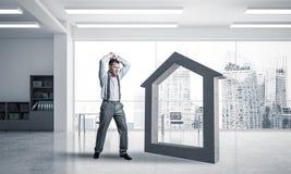 Siluetta domestica di pietra come simbolo per il crashe di assicurazione del bene immobile Immagini Stock