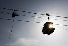 Siluetta e persona dell'ascensore di sci della cabina Fotografia Stock Libera da Diritti