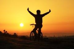 Siluetta ed alba del motociclista immagini stock libere da diritti