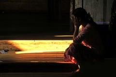 Siluetta femminile che si siede sul pavimento Immagini Stock Libere da Diritti