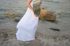 Siluetta femminile con lo specchio ovale fotografia stock libera da diritti