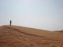Siluetta femminile sulla duna di sabbia Fotografia Stock