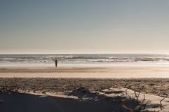 Siluetta, foto minimalista della fucilazione del fotografo della donna su una spiaggia di Florida fotografie stock