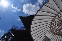 Siluetta giapponese dell'ombrello e del tempio Fotografia Stock