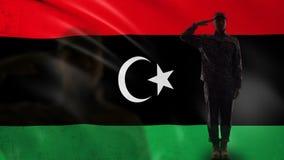Siluetta libica del soldato che saluta contro la bandiera nazionale, occupazione militare video d archivio