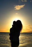 Siluetta, madre e bambino in tropici Immagini Stock Libere da Diritti