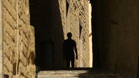Siluetta maschio che esamina architettura antica del dell'Ovo di Castel a Napoli stock footage