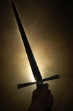 Siluetta medioevale della spada al backlighting Fotografia Stock