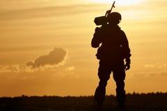 Siluetta militare del soldato con la mitragliatrice Fotografia Stock Libera da Diritti