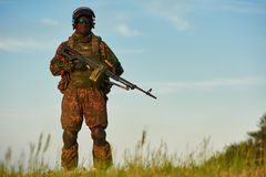 Siluetta militare del soldato con la mitragliatrice Immagine Stock