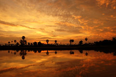 Siluetta nera contro il cielo al tramonto Fotografia Stock