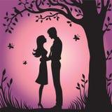Siluetta nera dell'illustrazione degli amanti che abbracciano su un fondo bianco Immagine Stock
