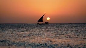 Siluetta nera della nave di navigazione che galleggia sul mare al tramonto con il grande Sun rosso archivi video