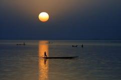 Siluetta orizzontale delle canoe sul fiume di Niger Fotografia Stock Libera da Diritti