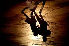 Siluetta pattinante del dancing della gente sul ghiaccio Fotografie Stock Libere da Diritti
