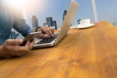 Siluetta potata del colpo delle mani di un uomo facendo uso di un computer portatile a casa, Fotografie Stock