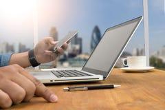 Siluetta potata del colpo delle mani di un uomo facendo uso di un computer portatile a casa, Immagini Stock