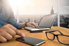 Siluetta potata del colpo delle mani di un uomo facendo uso di un computer portatile a casa, Fotografia Stock