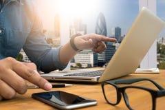 Siluetta potata del colpo delle mani di un uomo facendo uso di un computer portatile, giovane Immagini Stock Libere da Diritti