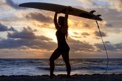 Siluetta praticante il surfing Fotografia Stock