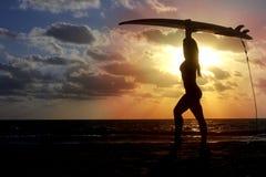 Siluetta praticante il surfing Fotografie Stock Libere da Diritti
