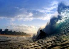 Siluetta praticante il surfing Immagini Stock Libere da Diritti