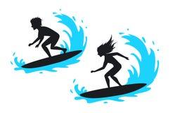 Siluetta praticante il surfing della donna e dell'uomo Fotografia Stock