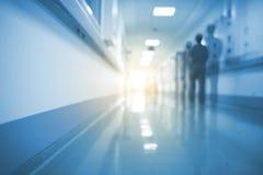 Siluetta raddoppiata del lavoratore medico nel corridoio dell'ospedale, unfocused immagini stock