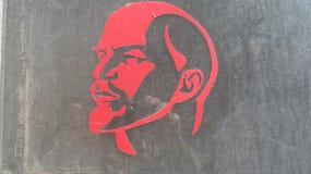 Siluetta rossa di Lenin sul vetro fotografia stock