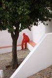 Siluetta rossa di un uomo che si siede su un banco Immagini Stock Libere da Diritti