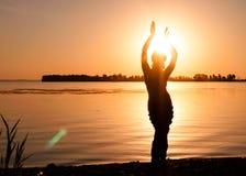 Siluetta scura della donna che balla vicino al fiume fotografie stock libere da diritti