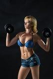 Siluetta scura di una giovane donna di forma fisica boobs fotografie stock
