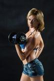 Siluetta scura di una giovane donna di forma fisica boobs immagine stock libera da diritti