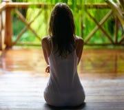 Siluetta sexy di una donna che si siede sul portico durante la pioggia Fotografie Stock Libere da Diritti