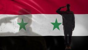 Siluetta siriana del soldato che saluta contro la bandiera nazionale, tattiche militari di guerra video d archivio