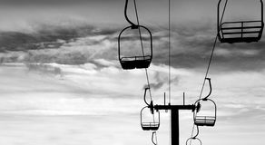 Siluetta Ski Lift vuoto nelle montagne Immagini Stock
