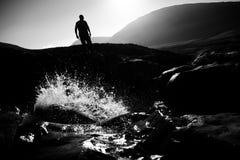 Siluetta sopra il fiume fotografia stock